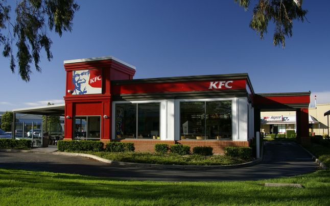"""""""Mi s-a făcut rău!"""" Ce conţine sosul KFC - reacţii dure după dezvăluirile dintr-un documentar"""