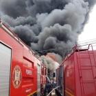 Incendiu intr-un bloc din Resita: Un om a murit intoxicat cu monoxid de carbon, alti 24 au fost evacuati cu autoscara