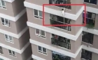 Supererou in Vietnam: Un curier a prins în brațe o fetiță care a căzut de la etajul 12!