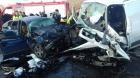 Trei morţi şi un rănit în stare critică, după impactul frontal dintre o maşină şi un microbuz