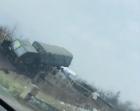 Un camion militar care tracta un tun, la un pas să cadă de pe un pod la ieșirea din Dej