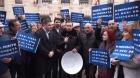 """Zeci de liberali protestează cu ligheane în faţa Primăriei Capitalei: """"Firea minte de îngheaţă caloriferele"""""""