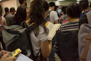 """Aeroportul Otopeni: Un străin agită deasupra capului """"fifty RON"""
