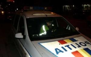 Autoturism urmărit de echipaje de poliţie pe străzile din Târgu Jiu. Maşina s-a oprit într-un gard