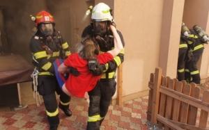 Bătrân imobilizat la pat, salvat de pompieri dintr-o casă cuprinsă de flăcări