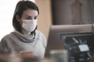 Care este explicatia stiintifica: Oamenii care poarta constant masca au simptome mai usoare in caz de infectie cu COVID-19