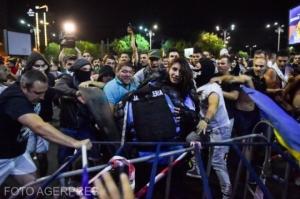 Cine este femeia-jandarm bătută de protestatari. Are doar 20 de ani. Care este diagnosticul medicilor