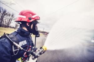 Explozie urmata de incendiu, intr-o casa din Timisoara. Doua persoane au fost transportate la spital cu arsuri