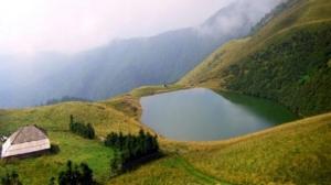 Foarte putina lume a auzit de acest lac legendar din Romania. Se spune acolo isi aruncau oamenii averile de frica invadatorilor