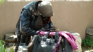Gest incredibil: Un român fără adăpost şi-a donat toţi banii către sinistraţi