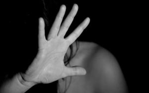 Gravidă bătută în timpul unei vizite. Agresorul, soţul ei, a primit de la judecători doar amendă penală