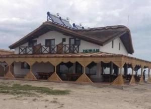 Hotel ilegal și șantier de reparat nave în zona strict protejată a Rezervației Biosferei Delta Dunării