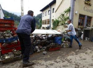 Incredibil ce jeguri de oameni! Români prinși la furat în zonele inundate din Germania