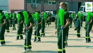 Inspirati de coregrafia Gabrielei Firea, angajatii de la salubritate din Sectorul 4 s-au filmat, printre maturi, dansand