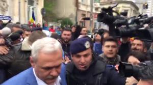 Liviu Dragnea, întâmpinat de protestatari şi susţinători în faţa sediului ÎCCJ. Jandarmii au ridicat trei persoane pentru a fi duse la secţia de poliţie