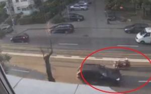 Momentul groaznic în care o şoferiţă a tras de volan şi a proiectat un motociclist în altă maşină de pe contrasens VIDEO