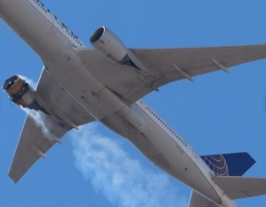 Motorul unei aeronave a explodat după decolarea din Denver. Avionul s-a întors pe pistă dar bucăți din el au ajuns pe străzile și casele din zonă