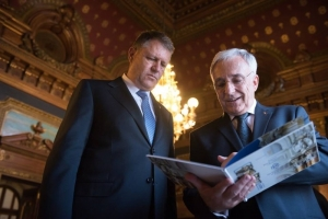 Mugur Isărescu devine şeful Guvernului din Umbra. Klaus Iohannis a promulgat legea