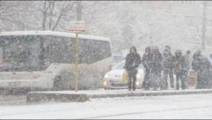 Ninsoarea face RAVAGII în România: drumuri închise. O locomotivă s-a defectat