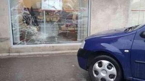 O angajată de la Bancpost a intrat cu mașina în geamul sucursalei BRD