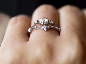 O femeie si-a cumparat un inel ieftin si l-a purtat 30 de ani, fara sa stie ce secret ascunde bijuteria!