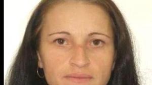 O fetiță de trei ani lăsată să moară de propria mamă. Femeia acuzată că nu și-a trimis fiica la spital este dată în urmărire generală