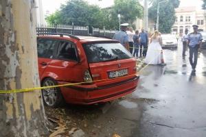 O maşină a intrat într-un grup de nuntaşi în Brăila. Șoferul a fugit de la locul accidentului