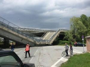 O rampă de beton s-a surpat pe un drum din Italia, strivind o maşină a carabinierilor
