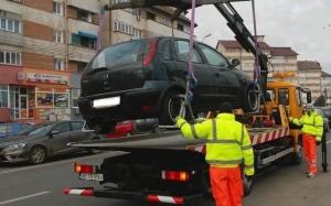 Păţania unui bărbat care s-a trezit cu maşina ridicată după ce locul de parcare a fost marcat pe sub autoturism