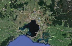 Panică la Melbourne. Un bărbat și-a incendiat mașina și a înjunghiat trecătorii de pe stradă