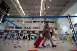 Poliția face percheziții: Teste false Covid la o agenție de turism din București care măsluia vacanțe