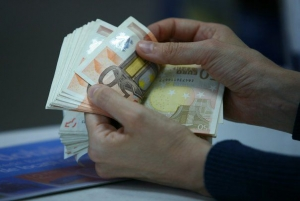 Românii din diaspora vor fi obligaţi să justifice sumele de peste 1.000 euro trimise în ţară