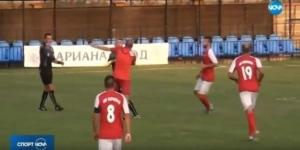 Scene incredibile la un meci de fotbal. Antrenorul echipei a cedat furiei, a intrat pe teren si l-a luat la pumni pe arbitru