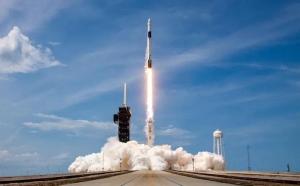 SpaceX lansează miercuri prima sa misiune de turism spațial. În premieră, patru civili vor ajunge pe orbita terestră și vor sta trei zile în spațiu