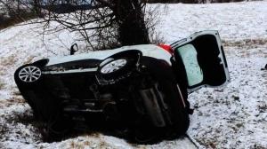 Trei tineri care mergeau să se înscrie la Şcoala de Poliţie, direcţionaţi greşit de GPS, s-au răsturnat cu maşina