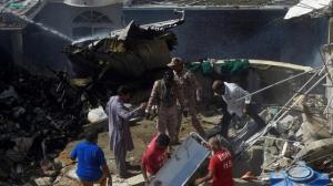 Un avion cu peste 100 de persoane la bord s-a prăbușit într-o zonă rezidențială în Pakistan