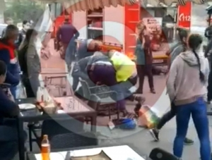 Un bărbat a murit după ce a fost pus la pământ de un polițist la Pitești iar alți doi agenți au sărit cu genunchii pe el. IPJ deschide dosar penal