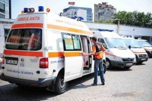 Un bărbat a murit, iar fiul său a fost rănit după ce au căzut într-o râpă, de la o înălţime de 10 metri