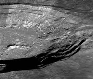 Un obiect spatial imens, descoperit sub scoarta Lunii