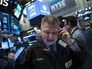 Wall Street, început de săptămână cu emoții. Indicele Dow Jones, cea mai scăzută valoare din 2008