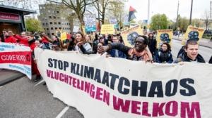 """Zeci de mii persoane au manifestat la Amsterdam pentru """"politici oneste privind clima"""