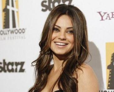 """Actrita Mila Kunis a primit titlul """"Femeia anului"""" din partea Universitatii Harvard"""