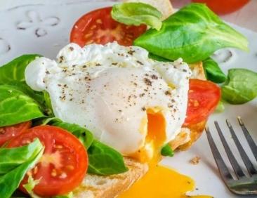 Micul dejun perfect: O specialistă in nutritie recomandă meniul care va elimina pofta de gustări nesănătoase și va favoriza masa musculară
