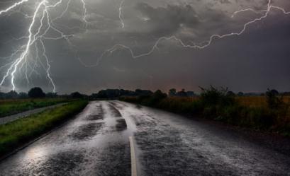 Alertă meteo de furtuni în aproape toată ţara, începând din această seară