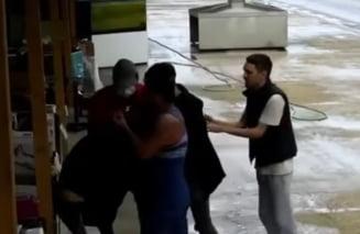 Angajatii unui magazin, snopiti in bataie de un clan interlop pentru ca patronul ar fi refuzat sa plateasca taxa de protectie