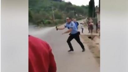 Bataie intre politisti si localnici! Oamenii legii au recurs la spray lacrimogen