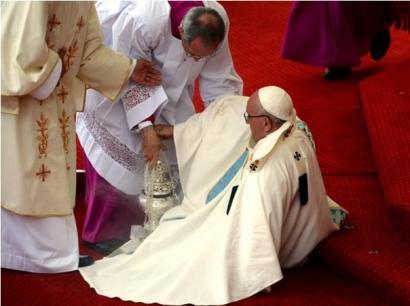 Papa Francisc a căzut în direct, în timpul unei ceremonii din Polonia