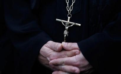 Un preot din Franța este acuzat că a violat mai multe fete din România