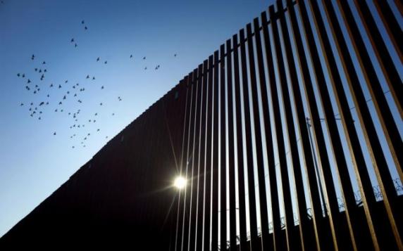 """""""Inuman!"""" Două fetiţe ecuadoriene în vârstă de trei şi cinci ani aruncate de pe zidul lui Trump peste frontieră"""