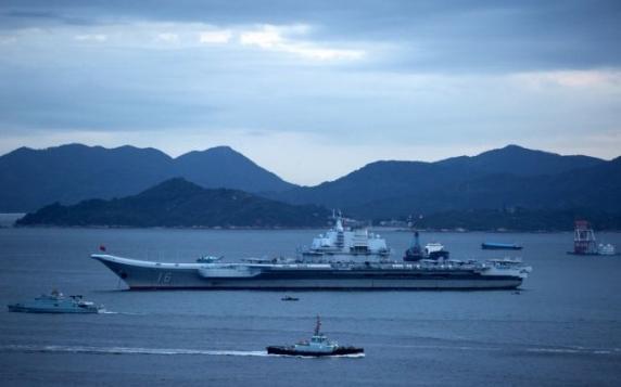 """""""Război cognitiv"""": O fotografie cu ofiţeri navali americani urmărind un portavion chinez i-a pus pe jar pe comentatorii asiatici"""